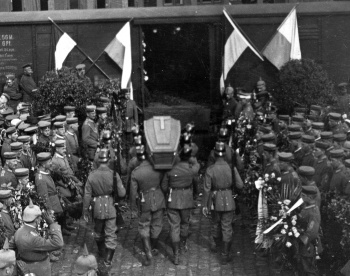 Max Immelmann's cofffin is carried to the railcar that would transport it back to Germany for his funeral in Dresden